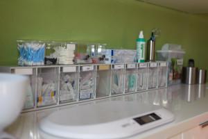 Utensilien und Waage im Behandlungsraum in der Tierarztpraxis Rosenthal